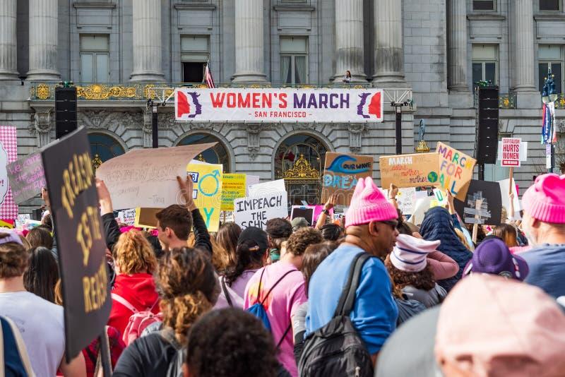 19-ое января 2019 Сан-Франциско/CA/США - участники к знакам владением события в марте женщин с различными сообщениями стоковое фото rf