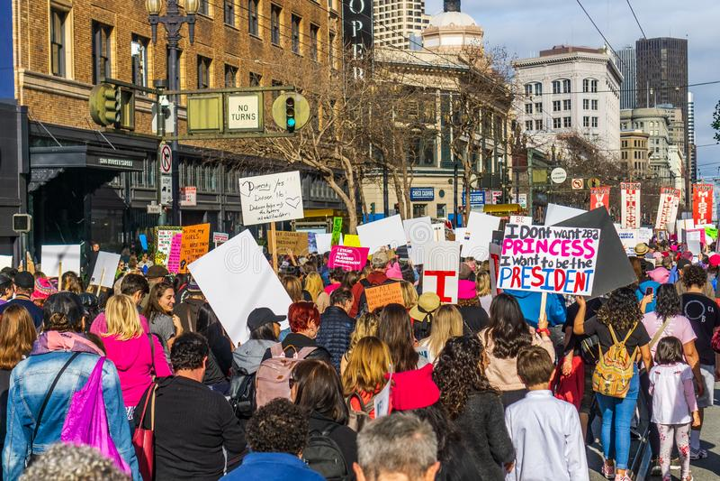 19-ое января 2019 Сан-Франциско/CA/США - участники к знакам владением события в марте женщин с различными сообщениями стоковые изображения rf