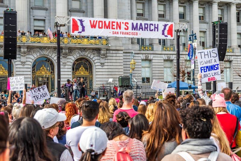 19-ое января 2019 Сан-Франциско/CA/США - участники к знакам владением события в марте женщин с различными сообщениями стоковое изображение rf