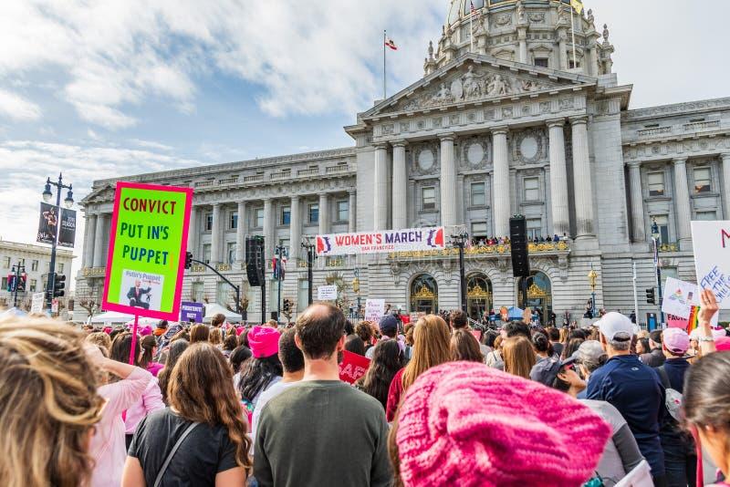 19-ое января 2019 Сан-Франциско/CA/США - участники к знакам владением события в марте женщин с различными сообщениями стоковое фото