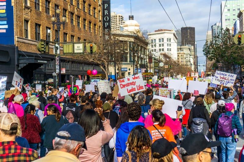 19-ое января 2019 Сан-Франциско/CA/США - участники к знакам владением события в марте женщин с различными сообщениями стоковые фотографии rf