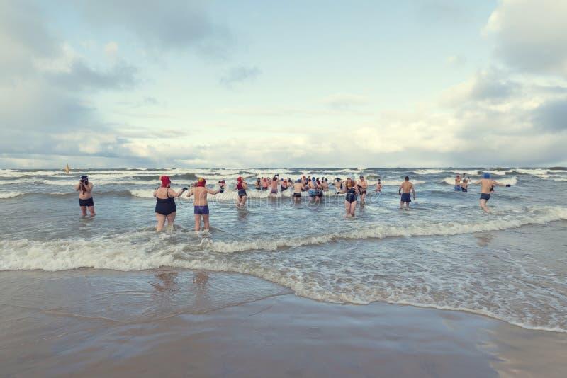 5-ое января 2019, Stegna, Польша Много людей во время плавания зимы в море стоковое фото
