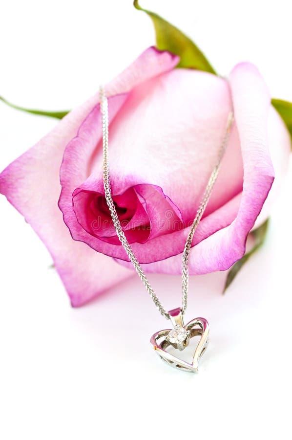 ожерелье диаманта подняло стоковая фотография