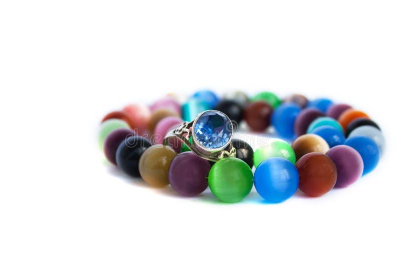 Ожерелье кварца глаза кота и браслет, выборочный фокус на белой изолированной предпосылке Красочные драгоценные камни стоковые фото