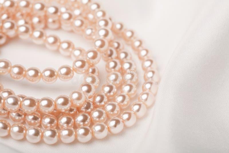 ожерелье над белизной перлы silk стоковые фотографии rf