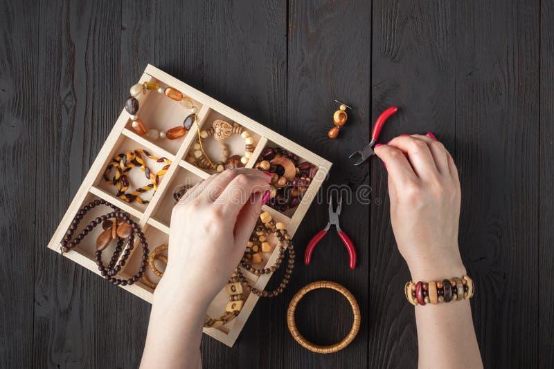 Ожерелье отбортовывает коробку для домодельных украшений стоковое фото