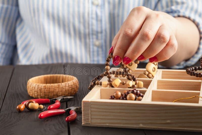 Ожерелье отбортовывает коробку для домодельных украшений стоковое изображение rf