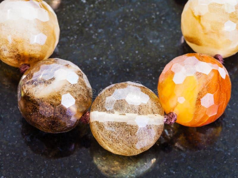 Ожерелье от различных драгоценных камней закоптелого кварца стоковое изображение