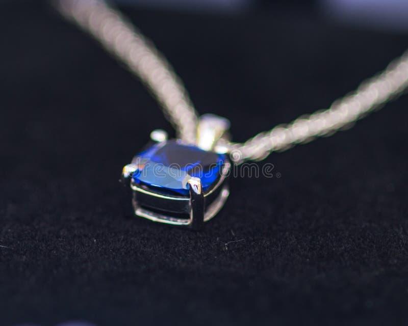 Ожерелье сапфира показанное в розничной коробке стоковые фото