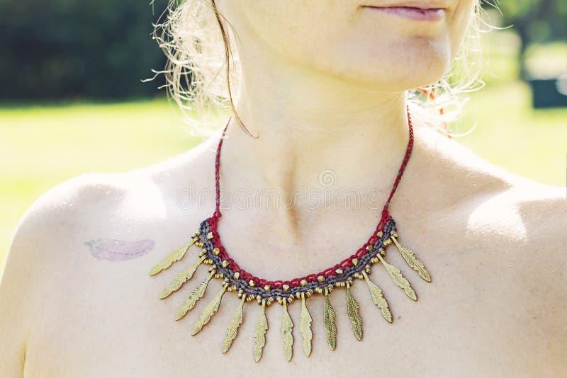 Ожерелье macrame женщины нося стоковое фото rf