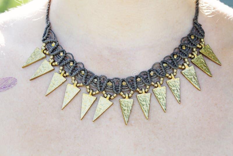 Ожерелье macrame женщины нося стоковая фотография
