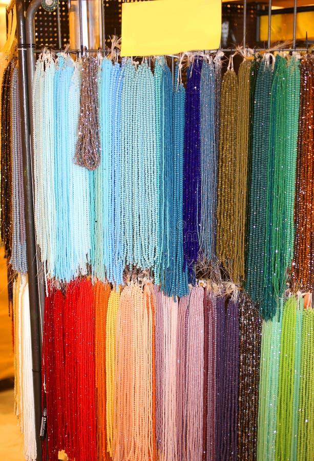 Ожерелья с красочными камнями и другими аксессуарами моды стоковое изображение rf
