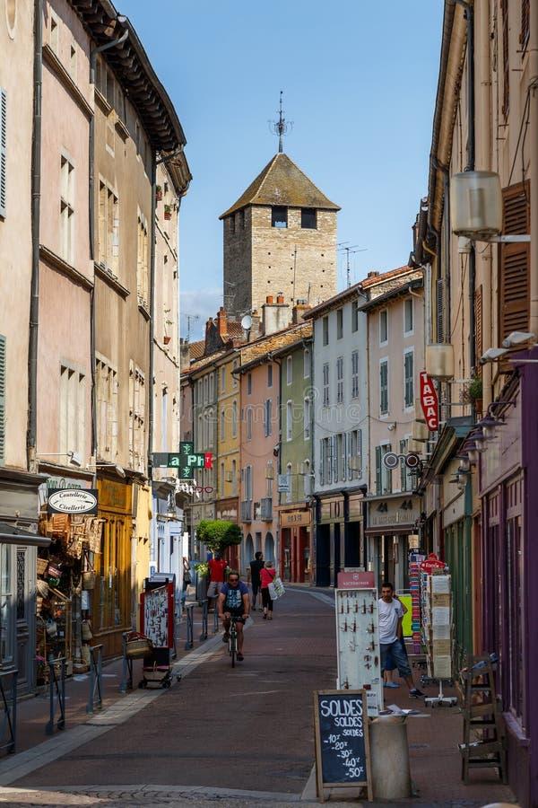 Оживленная улица в историческом центре городка Cluny, Франции стоковое фото rf