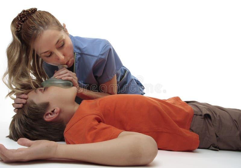 оживлять мальчика обморочный стоковая фотография rf