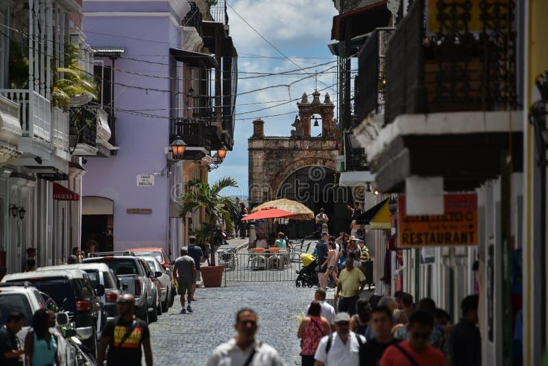 Оживленная улица и часовня Santo Cristo в старом Сан-Хуане, Пуэрто-Рико стоковая фотография rf