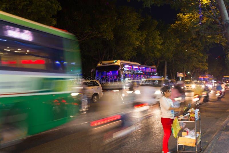 Download Оживленная улица на ноче в Хошимине Сайгоне Редакционное Фотография - изображение насчитывающей город, пепельнообразные: 40583497