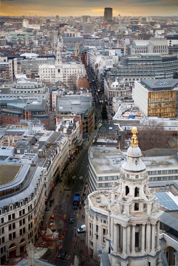 Оживленные улицы города Лондона в сумраке Первые света и заход солнца вечера Панорама Лондона от собора St Paul стоковые фото