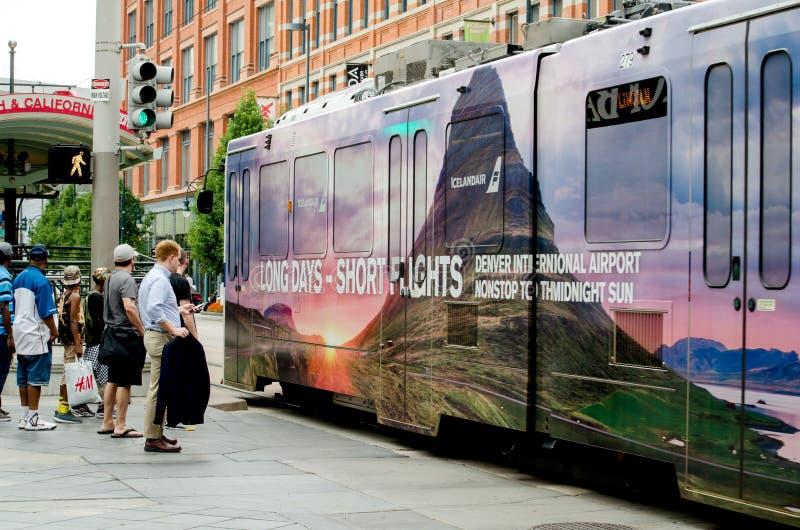 Ожидание автобуса в denver Колорадо на шестнадцатом торговом центре улицы стоковое фото rf