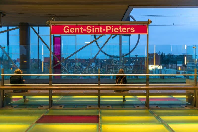 Ожидание поезда, вокзал Gent, Бельгия стоковое фото