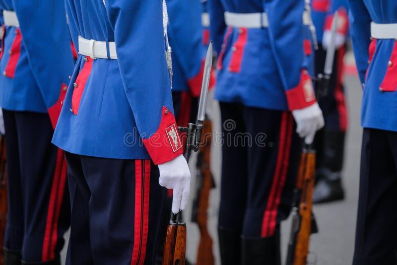 Ожидание солдат парада с их оружи стоковое фото rf