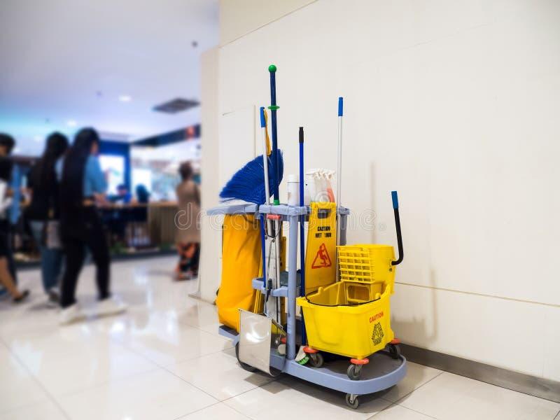 Ожидание тележки инструментов чистки для очищать Ведро и комплект оборудования чистки в универмаге стоковые фотографии rf
