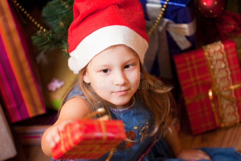 ожидания девушки подарков стоковые фото