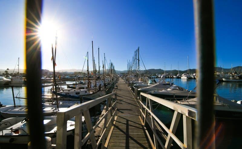 Ожидание парусников Утро в гавани St Antoni de Portmany, городка Ibiza, Балеарских островов, Испании стоковое изображение