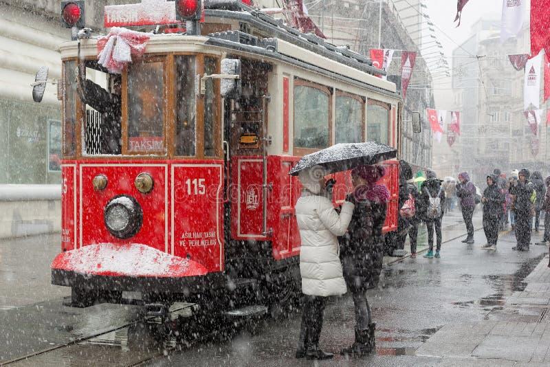 Ожидание людей для ностальгического трамвая стоковые изображения rf
