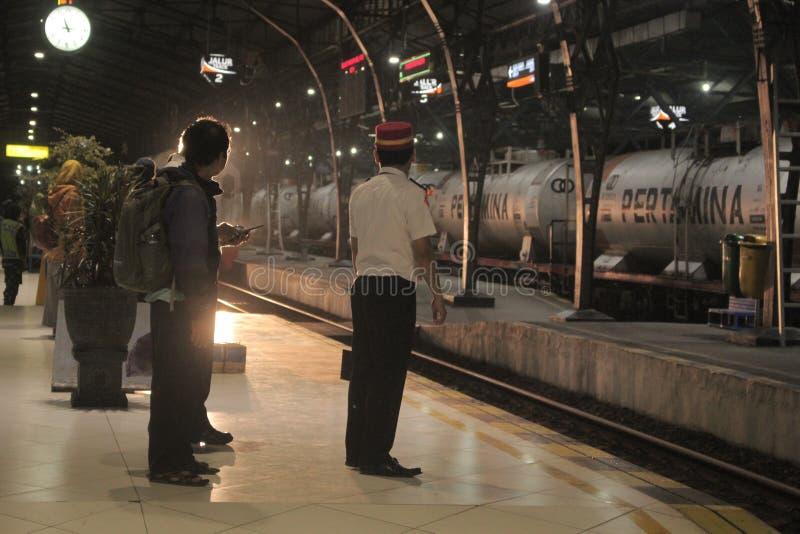 Ожидание для поезда стоковая фотография