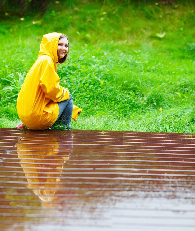 дождь девушки вниз стоковая фотография rf