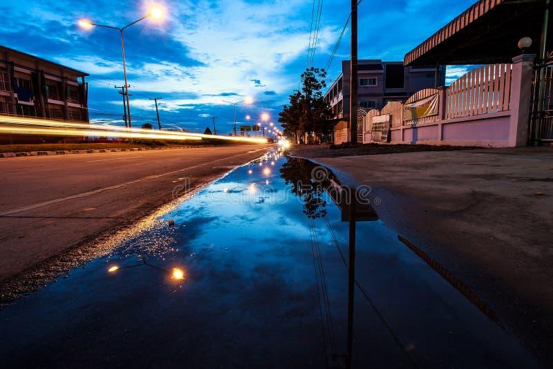 дождь ночи города серповидный стоковое изображение