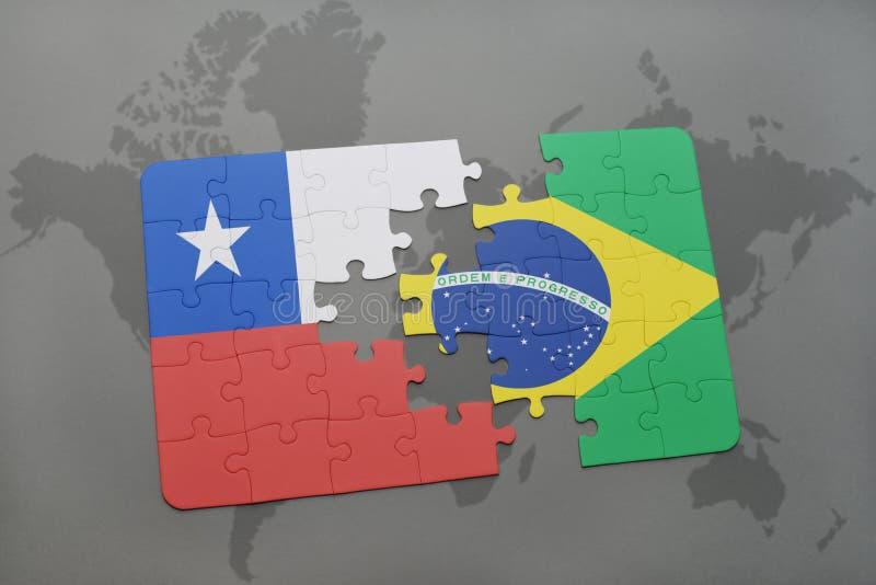 озадачьте с национальным флагом chile и Бразилии на предпосылке карты мира стоковое фото