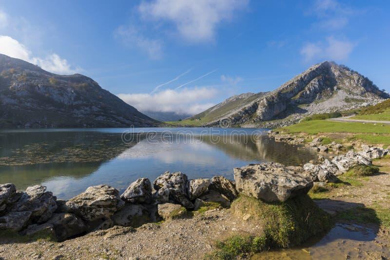 озера covadonga стоковые фотографии rf