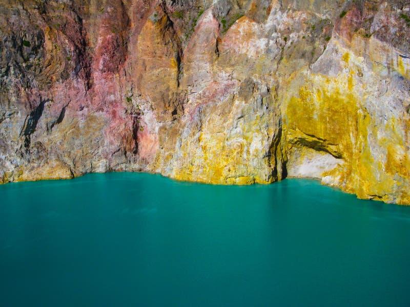 Озера Mt Kelimutu multi покрашенные вулканические и стороны утеса Flores, Индонезия стоковые фотографии rf