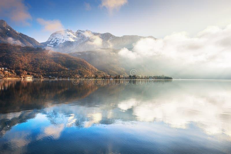 Озеро Анси в французе Альпах на восходе солнца стоковое изображение