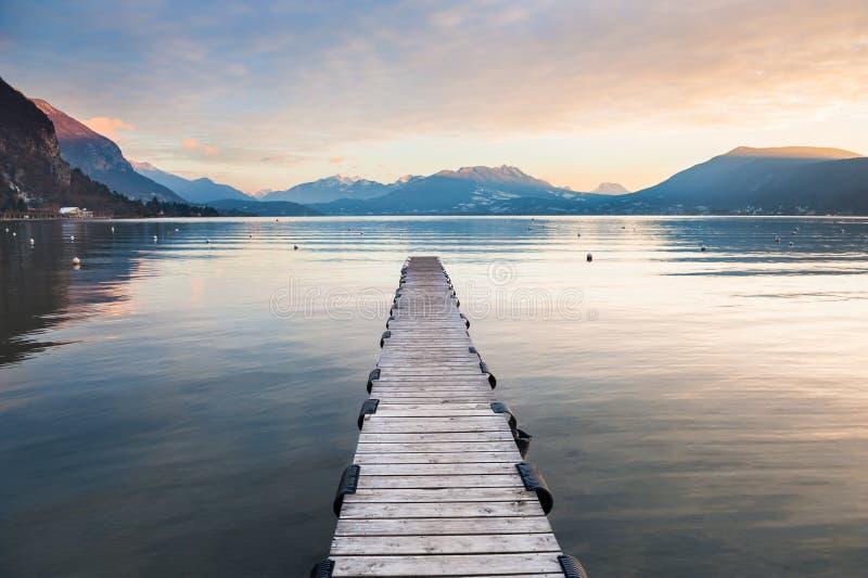 Озеро Анси в французе Альпах на заходе солнца стоковая фотография