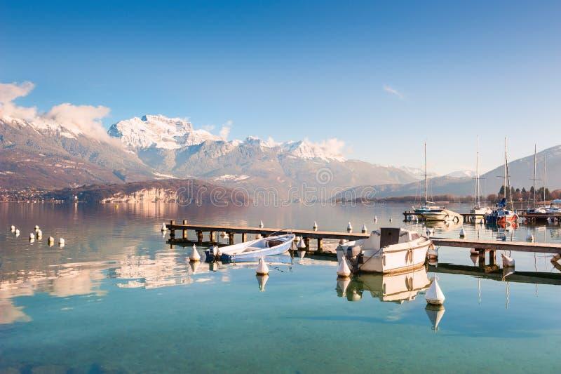 Озеро Анси в французе Альпах стоковые изображения
