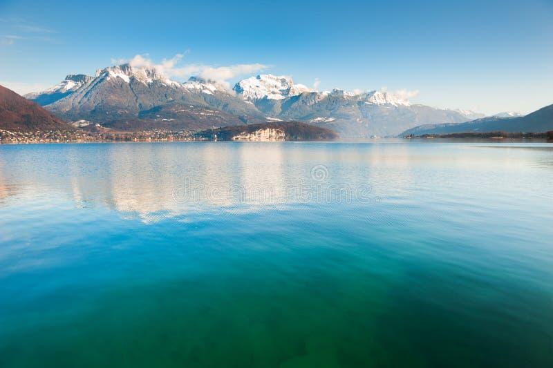 Озеро Анси в французе Альпах стоковые фотографии rf