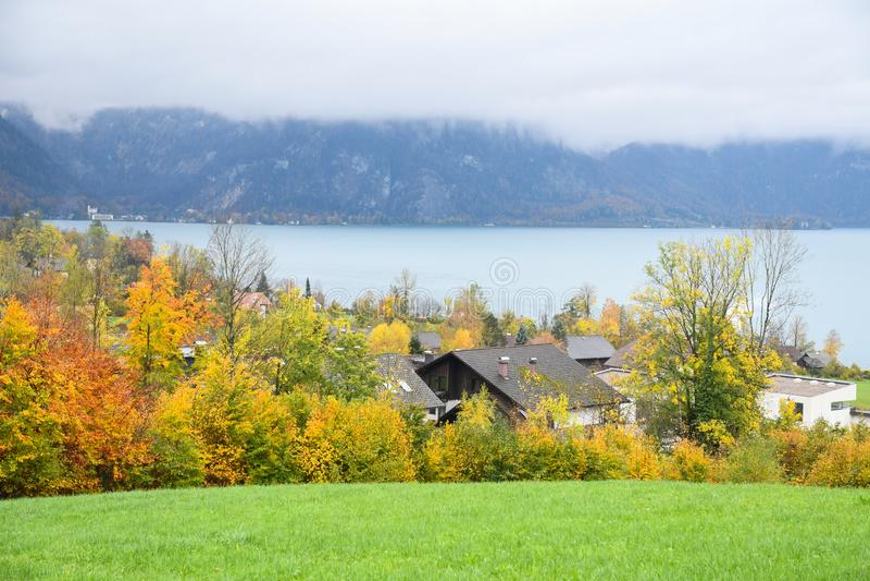 Озеро Аттерси, туманно осеннее утро, Австрия стоковые изображения