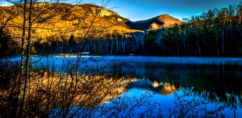 Озеро башенк с горой утеса таблицы стоковые фото