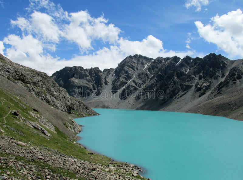 Озеро бирюз в але-Kul гор стоковые изображения