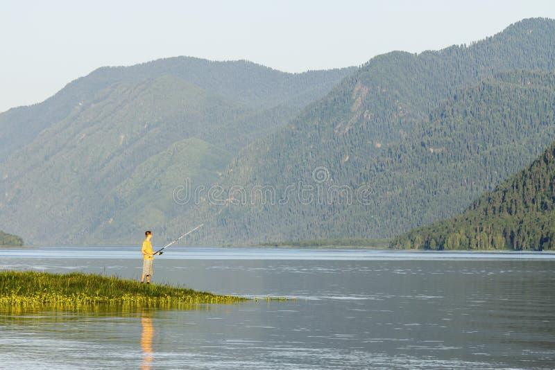 Озеро высоко в горах в после полудня лета стоковые изображения