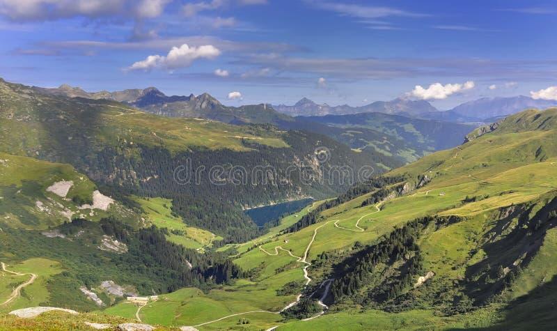 Озеро в высокогорной долине летом стоковое фото