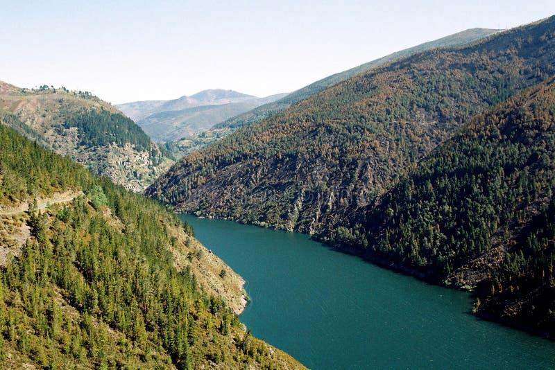 Озеро в горах стоковое фото