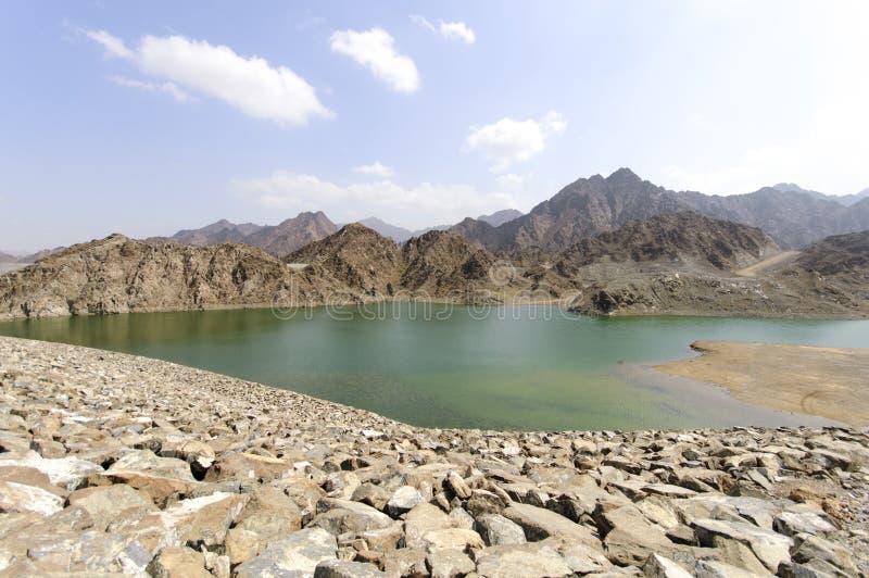 Озеро в гористых местностях Рас-Аль-Хайма, Объединенных эмиратов стоковое фото