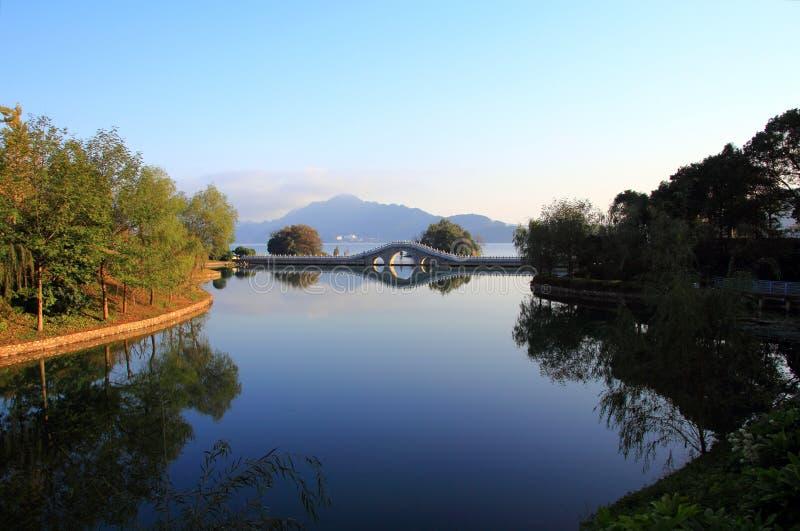 Download Озеро в зиме стоковое фото. изображение насчитывающей фарфор - 81813064