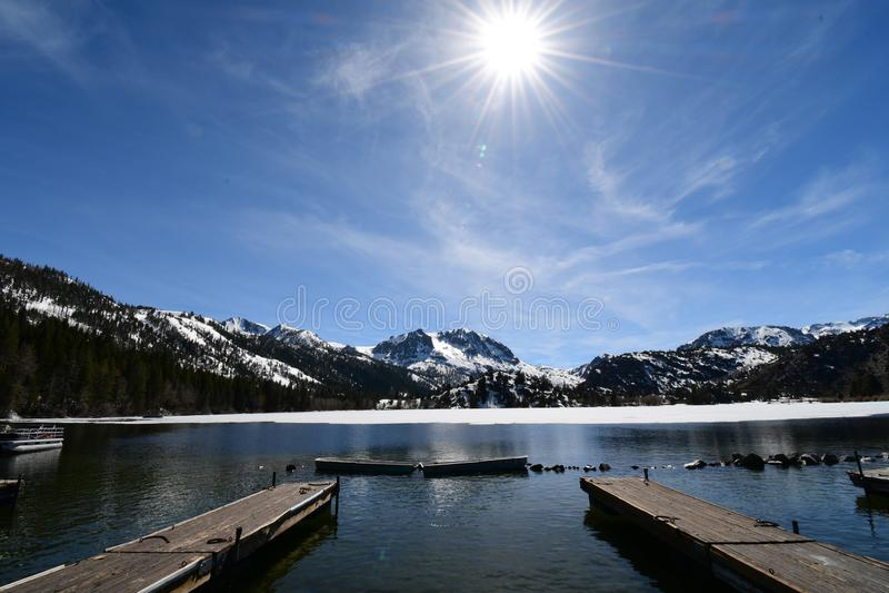 Озеро в июн, национальный парк, Калифорния стоковые изображения