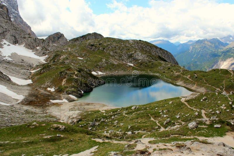 Озеро в доломитах гор - итальянский пейзаж Альпов стоковое фото