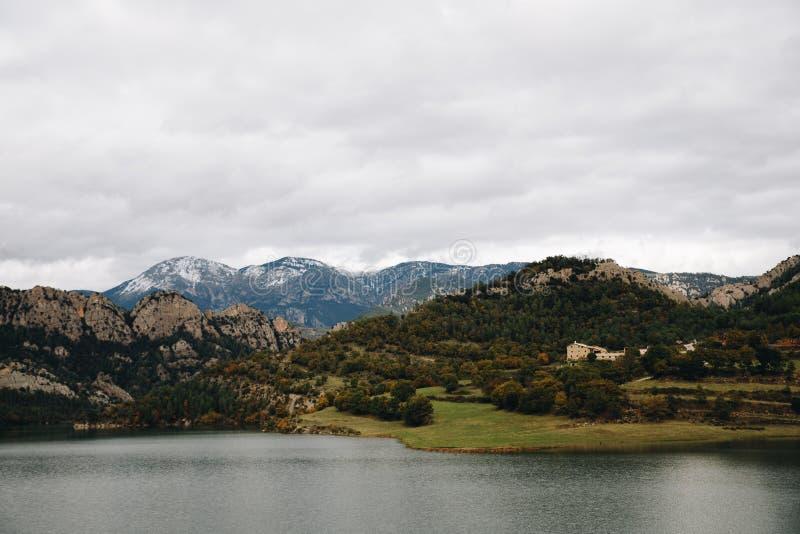 Озеро в предпосылке гор стоковое изображение