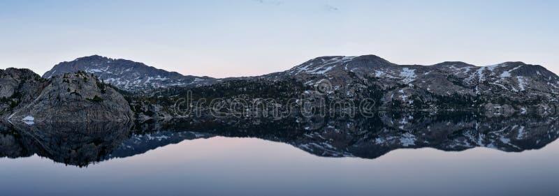 Озеро в ряде Wind River, скалистые горы Seneca, Вайоминг, взгляды от укладывая рюкзак тропы к тазу Titcomb от Elkhart p стоковые изображения